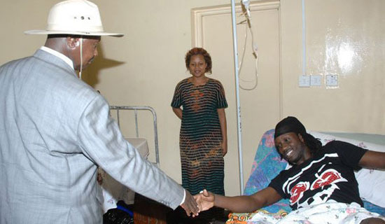 Museveni visited singer Bebe cool in Hospital after the gun shot
