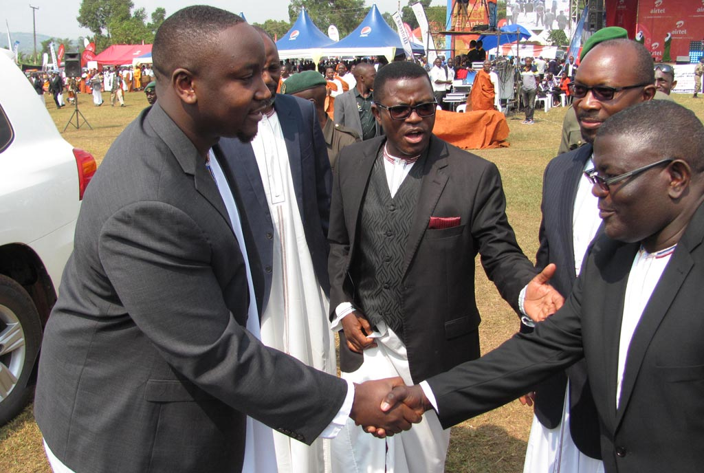 Kyabazinga-shares-a-hand-shake-with-Hajji-Twaha-Kawaase