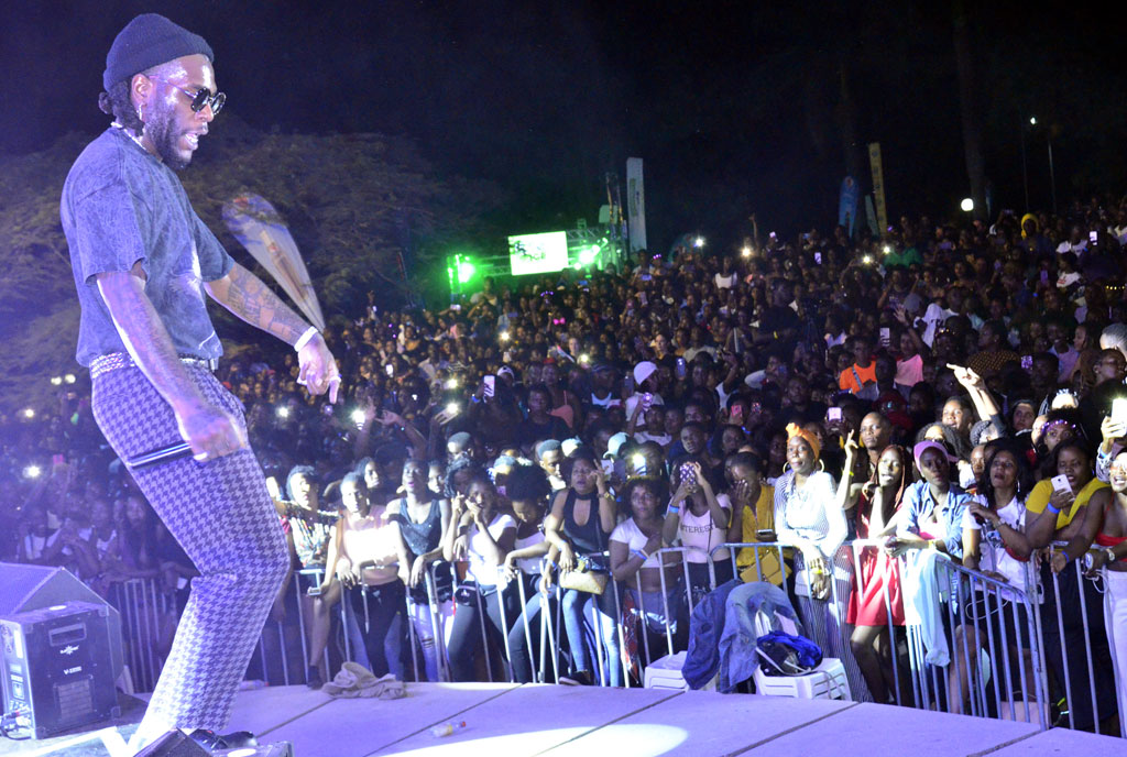 Burna Boy impresses at concert despite poor organization